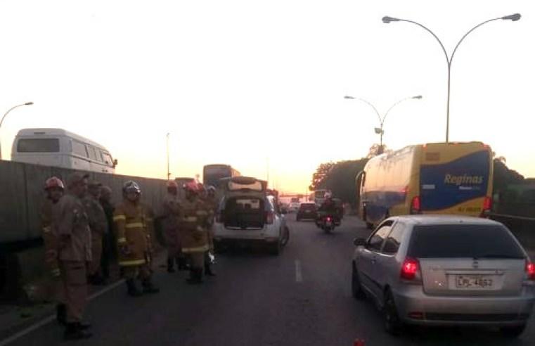 Rio: Acidente entre ônibus e moto deixa um morto na Avenida Brasil
