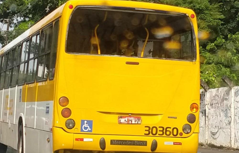 Ônibus circula sem vidro traseiro em Salvador
