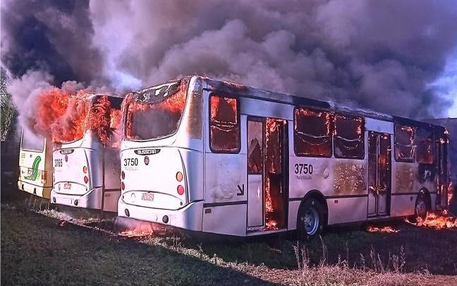 Três ônibus são incendiados em Foz do Iguaçu