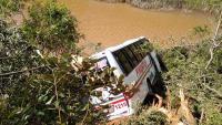 Micro-ônibus cai em ribanceira no interior de São Paulo com 30 alunos
