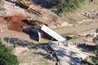 Ônibus escolar é arrastado por enxurrada em Santa Catarina