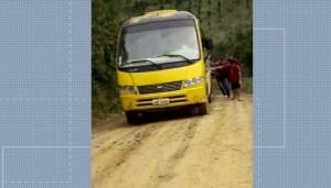 Alunos empurram ônibus escolar que atolou em estrada de terra perto de Curitiba