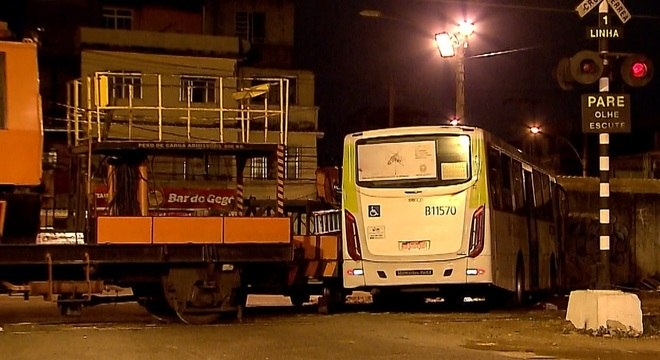 Acidente entre ônibus e trem deixa nove feridos no Rio