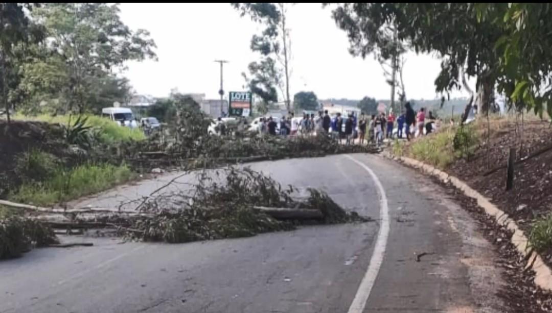 Manifestantes fecham rodovia em Aracruz em protesto contra aumento de tarifa de ônibus