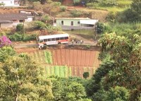 Ônibus fica pendurado em ribanceira após rua ceder na Região Serrana do Rio