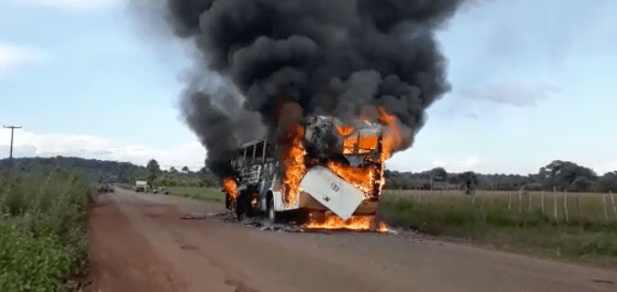 Ônibus pega fogo no interior do Piauí