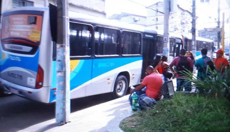 Rio: Bandidos fazem arrastão em dois ônibus em São Gonçalo