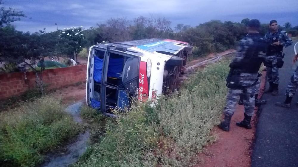 Ônibus tomba com 15 passageiros no interior do Piauí