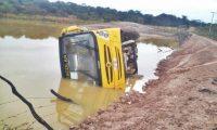 Micro-ônibus escolar tomba em açude no interior do Piauí