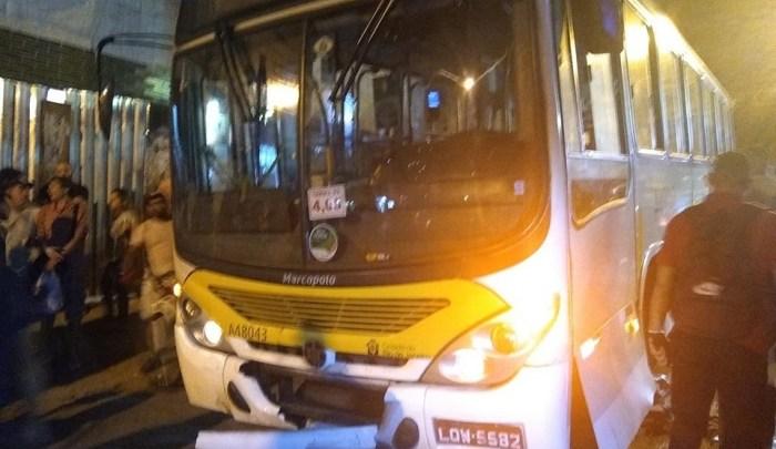 Ônibus acaba atingindo motociclistas e pedestres na Rocinha