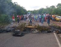 Manifestantes fecham a estrada PE-060 no interior de Pernambuco