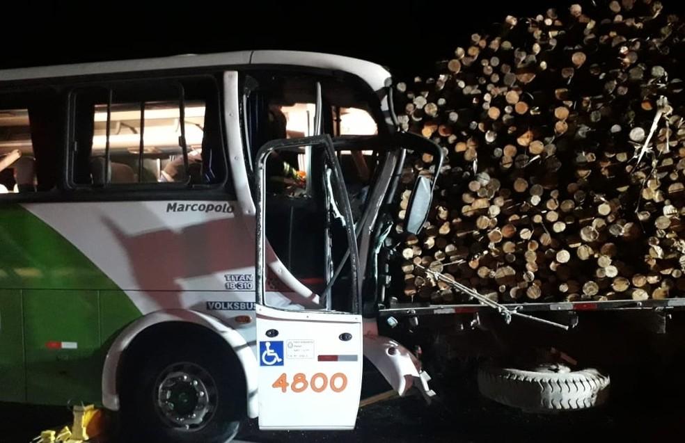 Acidente entre ônibus e caminhão deixa quatro feridos na Rodovia dos Tamoios