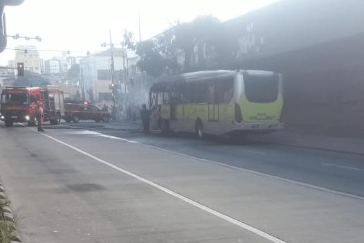 Ônibus pega fogo na tarde desta quinta-feira em Belo Horizonte