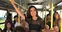 Fátima Bernardes chama atenção ao chegar na Globo a bordo de um ônibus urbano