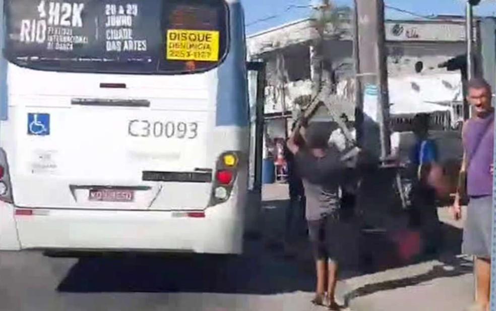 Porta de ônibus cai na rua na Zona Oeste do Rio