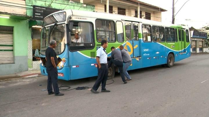 ES: Homens encapuzados atacam ônibus na Serra e esvaziam pneus nesta tarde