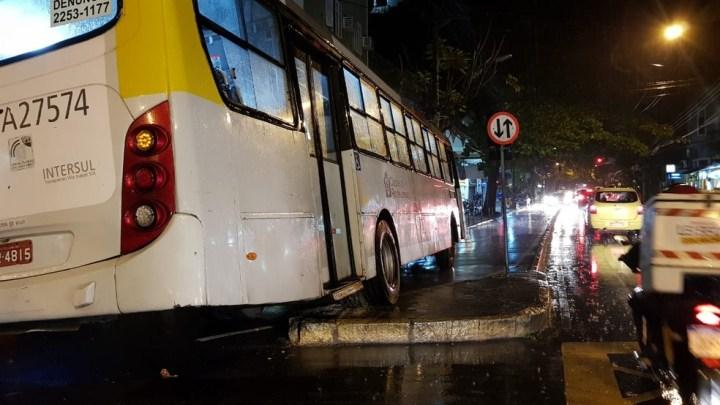 Ônibus perde controle e quase invade restaurante na Zona Sul do Rio