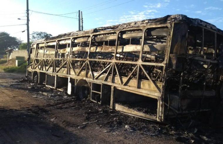 SP: Bandidos ateiam fogo em ônibus urbano em Alumínio