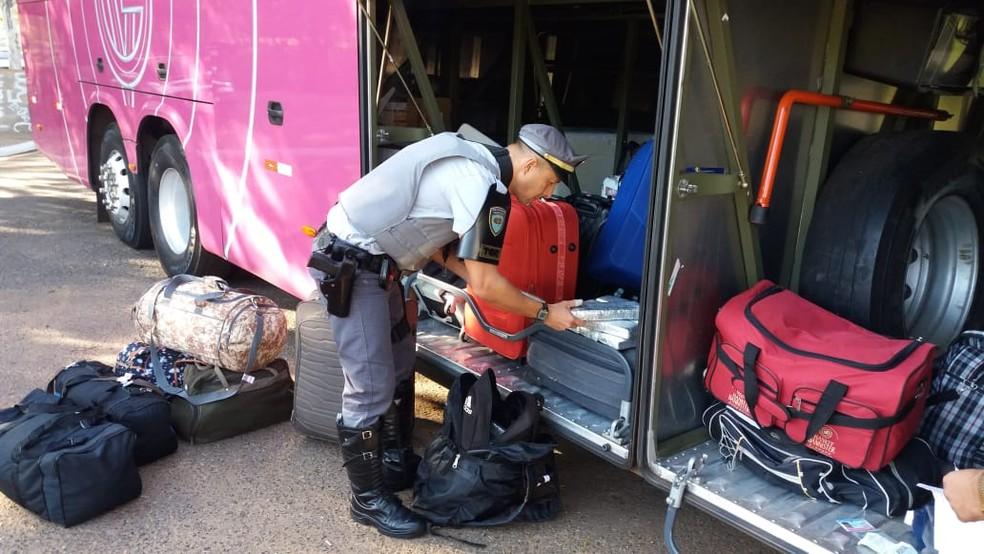 SP: Polícia prende passageiro de ônibus com drogas na bagagem durante fiscalização na Rodovia Marechal Rondon