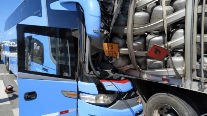 Acidente entre ônibus da Expresso Guanabara e caminhão de gás deixa dois mortos no Ceará
