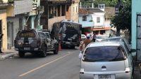 Micro-ônibus da PM fica desgovernador e atropela dois em Salvador