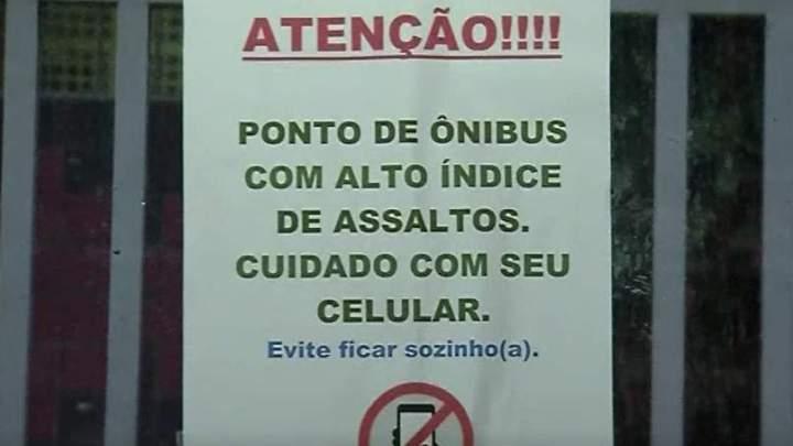 Cartaz em poste alerta para assaltos em ponto de ônibus de Vitória