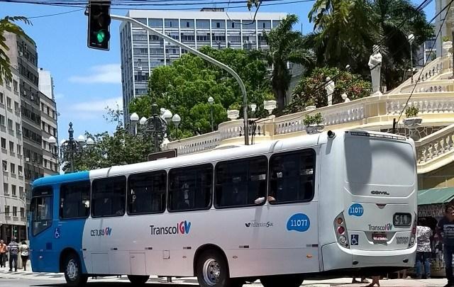 Arrastão em ônibus do Transcol deixa passageiros assustados