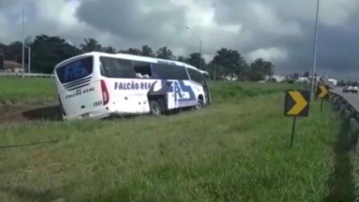 BA: Ônibus da Falcão Real sai da pista na BR-324 deixando um ferido