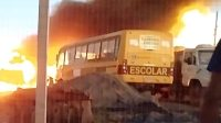 Micro-ônibus escolar são destruídos pelo fogo no interior do Mato Grosso