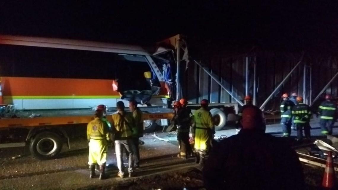 SP: Acidente entre ônibus e caminhão deixa três mortos e 32 feridos na Castelo Branco