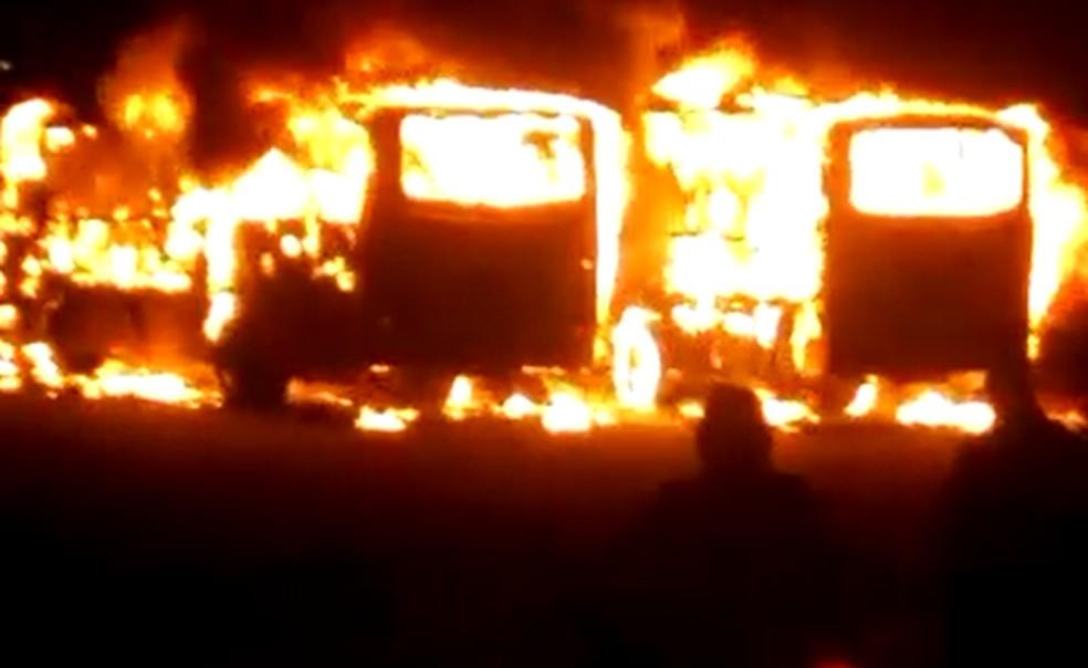 SP: Bandidos incendeiam dois ônibus em Americana