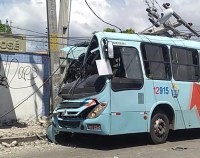 Mal súbito faz motorista colidir com ônibus em poste em Fortaleza