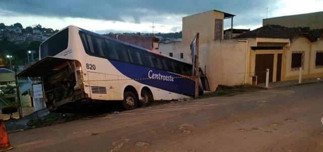 ES: Ônibus de turismo cai em barranco em Nova Venância