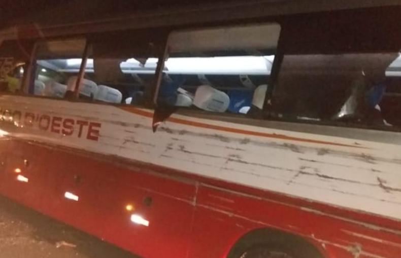Acidente entre caminhão e ônibus da Viação Rápido D'Oeste deixa um morto e dois feridos em SP