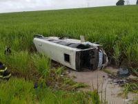 Micro-ônibus tomba na BR-101 em Alagoas deixando seis feridos