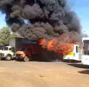 MG: Micro-ônibus acaba incendiado em Monte Carmelo