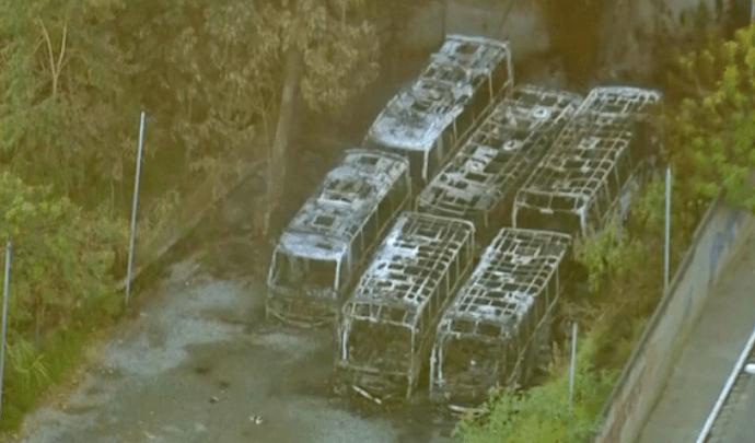 Incêndio atinge micro-ônibus na garagem da Norte Bus Transportes em São Paulo