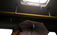 Com goteiras em ônibus de Sergipe, passageiro usa guarda-chuva durante viagem