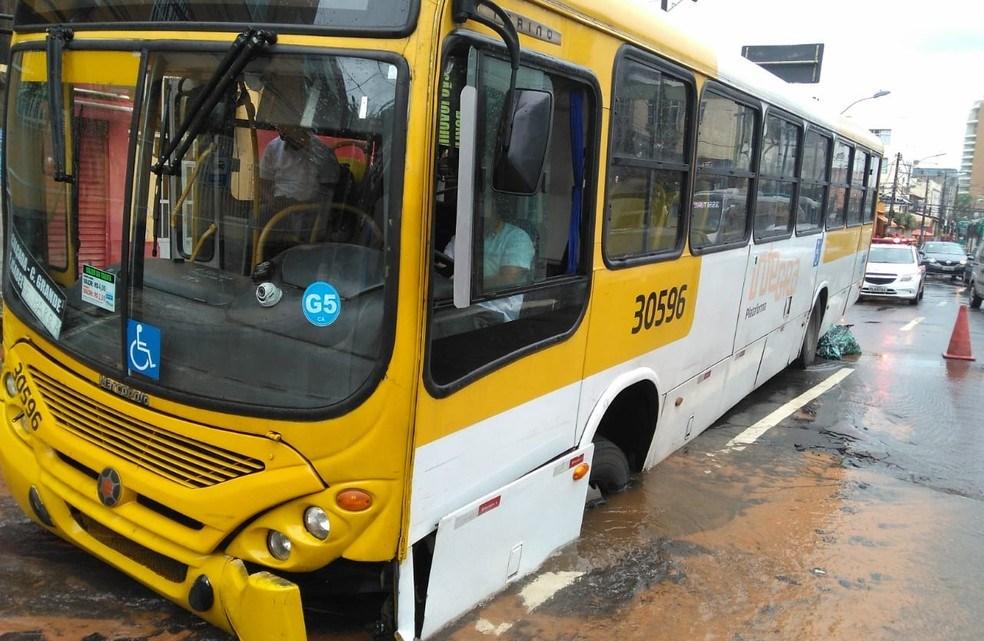 Ônibus acaba preso em buraco no bairro da Barra em Salvador