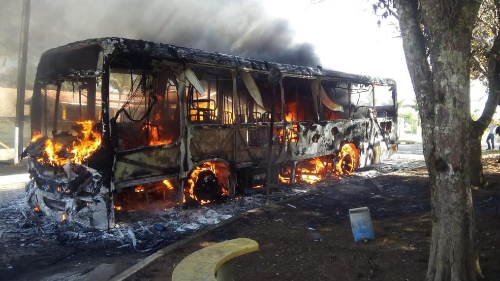 Ônibus urbano pega fogo no interior de São Paulo
