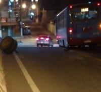 Roda de micro-ônibus da Viação Moura se solta no interior do Rio de Janeiro