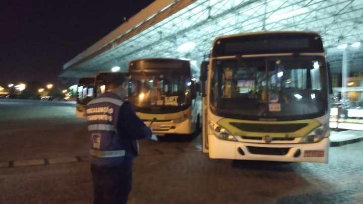 Prefeitura do Rio lacra 4 ônibus durante fiscalização na Transportes Estrela