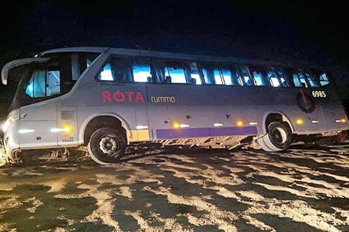 Ônibus da empresa Rota Transportes quase tomba no Sul da Bahia