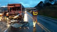 Acidente entre ônibus e carreta deixa feridos na BR-476