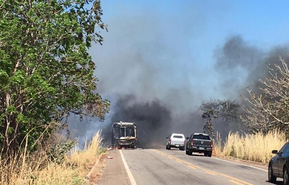Ônibus pega fogo em rodovia do Tocantins nesta terça-feira