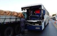 Acidente entre caminhão e ônibus na BR-365 deixa uma criança morta em MG
