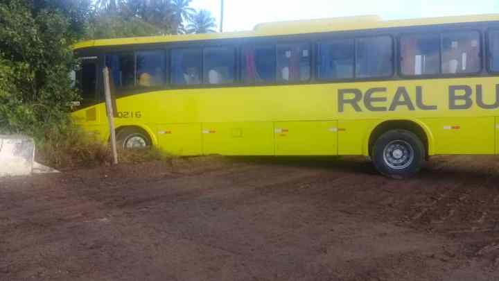 Ônibus da Real Bus perde o controle e sai da pista no interior da Paraíba