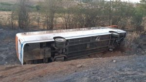 Ônibus da Expresso União tomba na BR-365 após colisão com carros