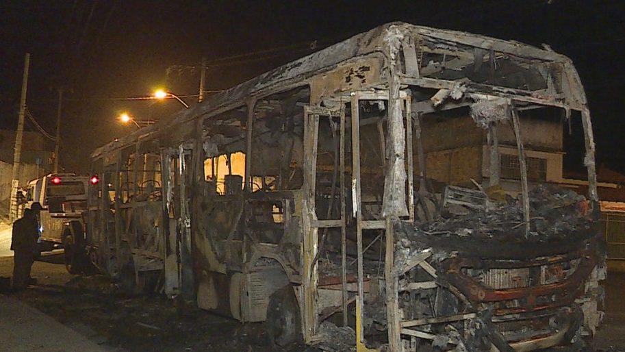 MG: Mais um ônibus é incendiado por bandidos em Vespasiano