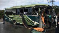 Acidente entre micro-ônibus e caminhão deixa um morto e cinco feridos em Pernambuco